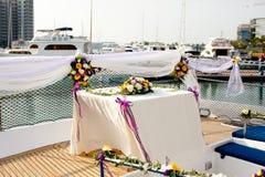 Ajustes de la flor de la tabla de la boda en yate Fotos de archivo