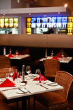 Ajustes de la tabla en un interior del restaurante Fotografía de archivo
