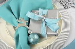 Ajustes de lugar da tabela do Natal no azul, na prata e no branco do aqua Fotografia de Stock