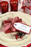 Ajustes de lugar da tabela do partido da família das crianças do Natal em vermelho e em branco Imagens de Stock Royalty Free