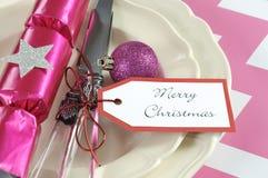 Ajustes de lugar da tabela do partido da família das crianças do Natal no rosa e no branco Imagem de Stock Royalty Free