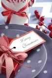 Ajustes de lugar da tabela do partido da família das crianças do Natal no roxo, no vermelho e no branco Fotografia de Stock Royalty Free