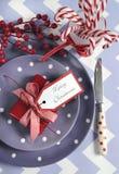 Ajustes de lugar da tabela do partido da família das crianças do Natal no roxo, no vermelho e no branco fotos de stock royalty free