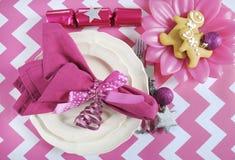 Ajustes de lugar da tabela do partido da família das crianças do Natal no tema cor-de-rosa e branco Foto de Stock