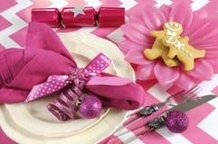 Ajustes de lugar da tabela do partido da família das crianças do Natal no tema cor-de-rosa e branco Fotografia de Stock