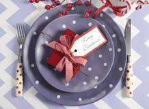 Ajustes de lugar da tabela do partido da família das crianças do Natal no tema roxo, vermelho e branco fotografia de stock