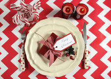 Ajustes de lugar da tabela do partido da família das crianças do Natal no tema vermelho e branco Imagem de Stock Royalty Free