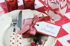 Ajustes de lugar da tabela do partido da família das crianças do Natal no tema vermelho e branco Imagens de Stock