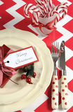 Ajustes de lugar da tabela do partido da família das crianças do Natal no tema vermelho e branco Fotografia de Stock Royalty Free