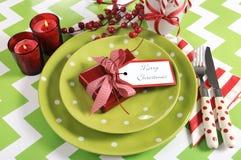 Ajustes de lugar da tabela do partido da família das crianças do Natal no verde-lima, no vermelho e no branco Imagens de Stock