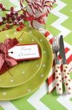 Ajustes de lugar da tabela do partido da família das crianças do Natal no verde-lima, no vermelho e no branco fotografia de stock royalty free