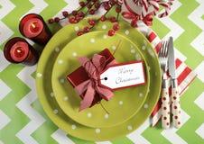 Ajustes de lugar da tabela do partido da família das crianças do Natal no verde-lima, no vermelho e no branco fotografia de stock