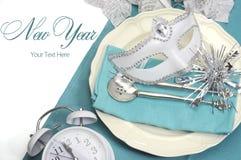 Ajustes de lugar elegantes da mesa de jantar do ano novo feliz do tema azul do Aqua Imagens de Stock Royalty Free