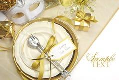 Ajustes de lugar elegantes da mesa de jantar do ano novo feliz do tema do ouro Fotografia de Stock Royalty Free