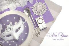 Ajustes de lugar elegantes da mesa de jantar do ano novo feliz do tema roxo lilás imagens de stock royalty free