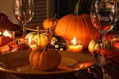 Ajustes de lugar festivos do outono com abóboras imagens de stock