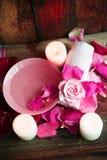 Ajustes del balneario con las rosas Rosas frescas y pétalos color de rosa en un cuenco de agua y de diversos artículos usados en  Fotografía de archivo libre de regalías