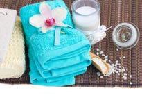 Ajustes del balneario con las toallas y la vela azules del aroma Fotografía de archivo