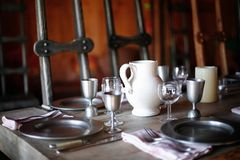 ajustes do jarro e de lugar da água da porcelana na tabela de banquete Fotografia de Stock Royalty Free