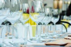 Ajustes dos produtos vidreiros e da tabela Imagem de Stock Royalty Free
