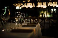 AJUSTES LUXUOSOS 2019 da TABELA para a multa que jantam com e os produtos vidreiros, fundo borrado bonito Para eventos, casamento imagem de stock
