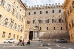 Ajustez à Sienne avec un monument à Sallustio Bandini, Italie Images stock