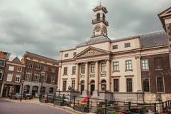 Ajustez avec la façade néoclassique du bâtiment du ` s d'hôtel de ville dans un jour nuageux chez Dordrecht images stock