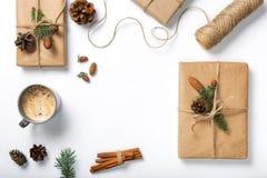 Ajustez avec les décorations et le cadeau faits main sur le fond blanc Image libre de droits
