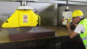 Ajustez l'équipement dans l'usine de coupeur en pierre banque de vidéos
