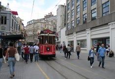Ajustez le dépassement par la rue d'Istiklal Caddesi à Istanbul, Turquie photographie stock libre de droits