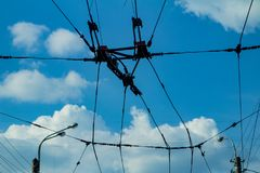 Ajustez les fils contre le ciel bleu, fils électriques image stock