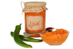 Ajvar - plat délicieux du rouge et des poivrons verts, oignons, ail, aubergine Ajvar dans le pot photos libres de droits