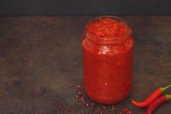 Ajvar a rôti le poivron rouge étendu dans le pot image stock
