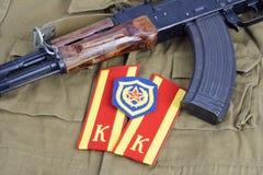 AK47 с заплатой метки плеча кадета Советской Армии и плеча моторизованной пехоты на хаки форме Стоковые Изображения