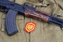 AK 47 с заплатой плеча моторизованной пехоты Советской Армии на хаки равномерной предпосылке Стоковые Изображения RF