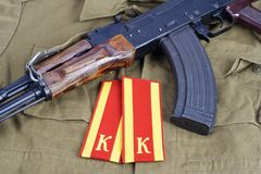 AK 47 с меткой плеча кадета Советской Армии на хаки равномерной предпосылке Стоковые Изображения RF