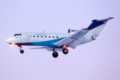 Ak bommar för Aero Yakovlev Yak-40 RA-87447 landning på Sheremetyevo den internationella flygplatsen Arkivfoto