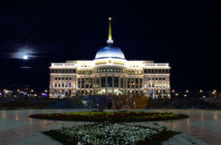 Ak Orda. Президентский дворец в ноче лунного света. стоковое изображение