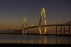 aka亚瑟小船桥查尔斯顿木桶匠小ravenel被采取的河sc游览 在黄昏的桥梁 库存图片