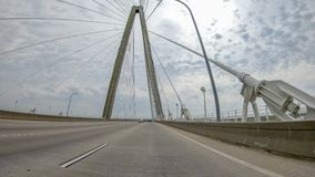 aka亚瑟小船桥查尔斯顿木桶匠小ravenel被采取的河sc游览 桥梁是在小屋的一座缆绳被停留的桥梁 免版税库存图片