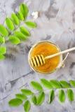 Akacja i miód - leczniczy produkt obraz royalty free