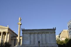Akademi av Atengränsmärket på solnedgången i Grekland royaltyfria bilder