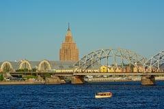 Akademi av vetenskaper som bygger, saluhallaandjärnvägsbro, Riga, Lettland arkivbild