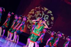 Akademi för dans för Peking för exponeringsglas för mormor` som s graderar för barn` s för prov den utstående utställningen Jiang Arkivbild