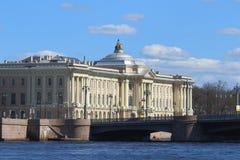 Akademia sztuki i Blagoveshchensky most wewnątrz możemy dzień w St Pe Obrazy Stock