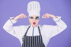 Akademie der kulinarischen K?nste Kochschulekonzept Frauenberufschefgriffger?t-L?ffelgabel, die Spa? hat Zeit zu essen lizenzfreies stockfoto