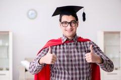 Akademikermössan för student för toppen hjälte den bärande i en röd kappa Arkivfoto