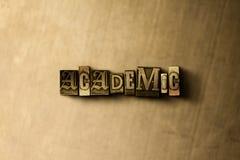 AKADEMISCH - Nahaufnahme der grungy Weinlese setzte Wort auf Metallhintergrund Lizenzfreie Stockbilder