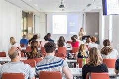 Akademisk presentation i hörsal på universitetet royaltyfri foto