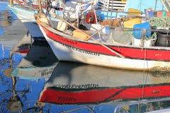 """AKAMAS-HALVÖ, CYPERN †""""NOVEMBER 19, 2015: Reflexionerna av fiskebåtar i fiskeporten av Latsi nära Polis royaltyfri foto"""